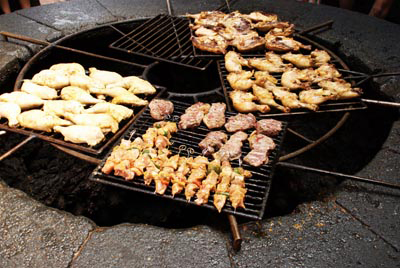 www.cocoandme.com - Coco&Me - Coco & Me - Coco and Me - Lanzarote - Canary Islands - grilling chicken over volcanic heat -